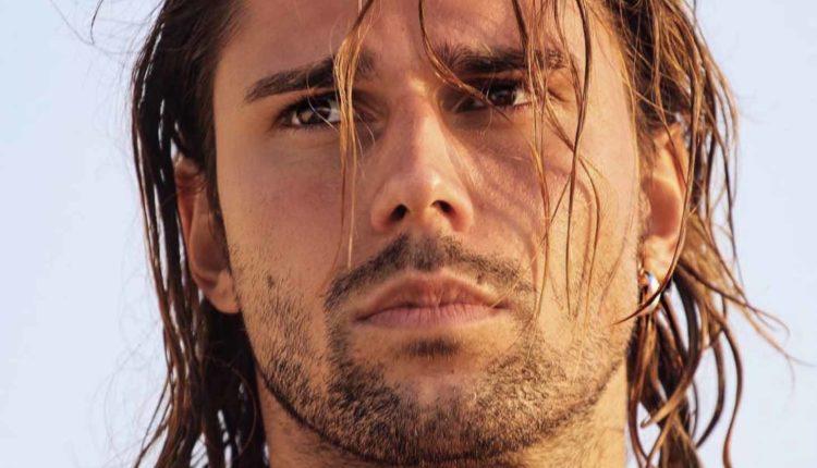 Luca Onestini in vasca senza veli.