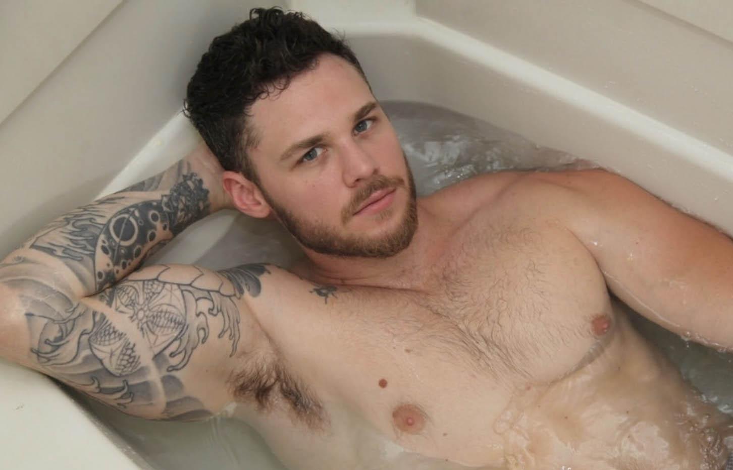 erezione nella vasca da bagno con gli amici